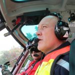 Les cadres spécialisés à la mission de l'hélicoptère bombardier d'eau en exercice